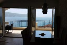 Обеденная зона. Черногория, Герцег-Нови : Прекрасный пентхаус в 10 метрах от пляжа, с большой гостиной, тремя спальнями, двумя ванными комнатами и большим балконом с шикарным видом на море