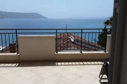 Балкон. Черногория, Герцег-Нови : Прекрасный пентхаус в 10 метрах от пляжа, с большой гостиной, тремя спальнями, двумя ванными комнатами и большим балконом с шикарным видом на море