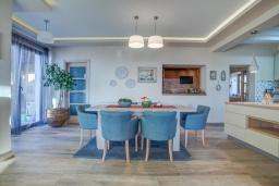 Обеденная зона. Черногория, Мирац : Каменный дом с бассейном и террасой с видом на море и горы, 2 гостиные, 4 спальни, 2 ванные комнаты, барбекю, парковка, Wi-Fi