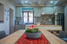 Кухня. Черногория, Мирац : Каменный дом с бассейном и террасой с видом на море и горы, 2 гостиные, 4 спальни, 2 ванные комнаты, барбекю, парковка, Wi-Fi