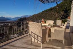 Балкон. Черногория, Мирац : Каменный дом с бассейном и террасой с видом на море и горы, 2 гостиные, 4 спальни, 2 ванные комнаты, барбекю, парковка, Wi-Fi