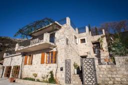 Фасад дома. Черногория, Мирац : Каменный дом с бассейном и террасой с видом на море и горы, 2 гостиные, 4 спальни, 2 ванные комнаты, барбекю, парковка, Wi-Fi