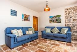 Гостиная. Черногория, Доня Ластва : Каменный дом в 10 метрах от моря, 3 спальни, 2 ванные комнаты, парковка, Wi-Fi
