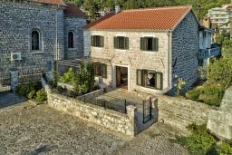 Фасад дома. Черногория, Доня Ластва : Каменный дом в 10 метрах от моря, 3 спальни, 2 ванные комнаты, парковка, Wi-Fi