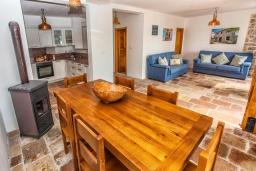 Обеденная зона. Черногория, Доня Ластва : Каменный дом в 10 метрах от моря, 3 спальни, 2 ванные комнаты, парковка, Wi-Fi