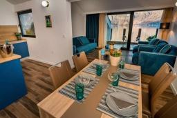 Обеденная зона. Черногория, Прчань : Шикарный апартамент с гостиной, отдельной спальней и балконом с шикарным видом на море