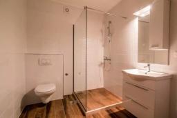 Ванная комната. Черногория, Прчань : Шикарный апартамент с гостиной, отдельной спальней и балконом с шикарным видом на море