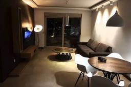 Гостиная. Черногория, Доброта : Современный апартамент в 100 метрах от пляжа, с гостиной, отдельной спальней и балконом с шикарным видом на море