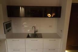 Кухня. Черногория, Доброта : Современный апартамент в 100 метрах от пляжа, с гостиной, отдельной спальней и балконом с шикарным видом на море