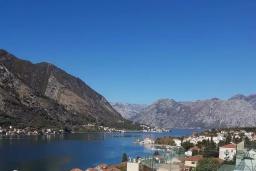Вид на море. Черногория, Доброта : Современный апартамент в 100 метрах от пляжа, с гостиной, отдельной спальней и балконом с шикарным видом на море