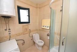 Ванная комната. Черногория, Доброта : Апартамент с гостиной, отдельной спальней и балконом с видом на море