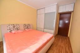 Спальня. Черногория, Доброта : Апартамент с гостиной, отдельной спальней и балконом с видом на море