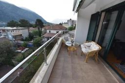 Балкон. Черногория, Доброта : Апартамент с гостиной, отдельной спальней и балконом с видом на море