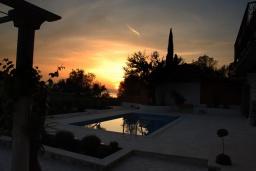 Бассейн. Черногория, Кавач : Двухэтажный каменный дом с бассейном и двориком, 3 спальни, 3 ванные комнаты, сауна, парковка, Wi-Fi