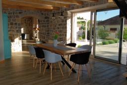 Обеденная зона. Черногория, Кавач : Двухэтажный каменный дом с бассейном и двориком, 3 спальни, 3 ванные комнаты, сауна, парковка, Wi-Fi
