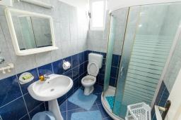Ванная комната. Черногория, Зеленика : Апартамент с отдельной спальней и террасой с видом на море