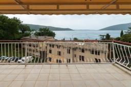 Терраса. Черногория, Зеленика : Апартамент с отдельной спальней и террасой с видом на море
