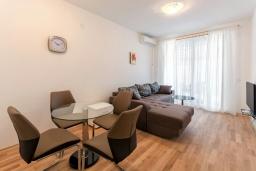 Гостиная. Черногория, Рафаиловичи : Современный апартамент в 20 метрах от пляжа, с гостиной, отдельной спальней и балконом