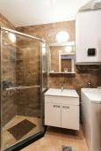 Ванная комната. Черногория, Рафаиловичи : Современный апартамент в 20 метрах от пляжа, с гостиной, отдельной спальней и балконом