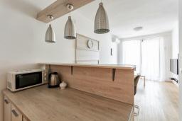 Кухня. Черногория, Рафаиловичи : Современный апартамент в 20 метрах от пляжа, с гостиной, отдельной спальней и балконом с видом на море