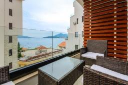 Балкон. Черногория, Рафаиловичи : Современный апартамент в 20 метрах от пляжа, с гостиной, отдельной спальней и балконом с видом на море