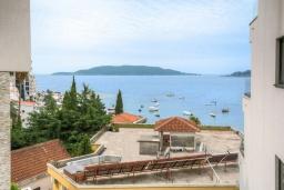 Вид на море. Черногория, Рафаиловичи : Современный апартамент в 20 метрах от пляжа, с гостиной, отдельной спальней и балконом с видом на море