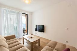 Гостиная. Черногория, Рафаиловичи : Современный апартамент в 20 метрах от пляжа, с гостиной, отдельной спальней и балконом с видом на море