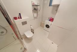 Ванная комната. Черногория, Пржно / Милочер : Апартамент в 100 метрах от пляжа, с гостиной, двумя спальнями и терраса