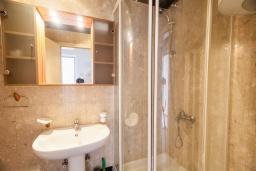 Ванная комната. Черногория, Святой Стефан : Апартамент с гостиной, отдельной спальней и балконом с видом на море