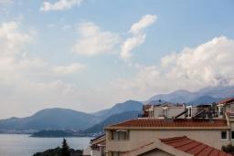 Вид на море. Черногория, Святой Стефан : Апартамент с гостиной, отдельной спальней и балконом с видом на море