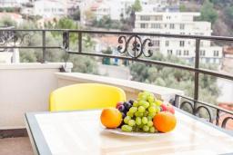 Балкон. Черногория, Святой Стефан : Апартамент с гостиной, отдельной спальней и балконом с видом на море
