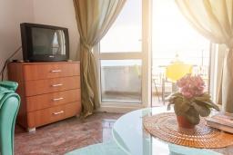Гостиная. Черногория, Святой Стефан : Апартамент с гостиной, отдельной спальней и балконом с видом на море