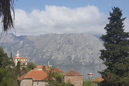 Вид на море. Черногория, Прчань : Уютная вилла с зеленым двориком в 100 метрах от пляжа, 4 спальни, 2 ванные комнаты, парковка, Wi-Fi