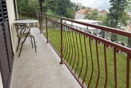 Балкон. Черногория, Прчань : Уютная вилла с зеленым двориком в 100 метрах от пляжа, 4 спальни, 2 ванные комнаты, парковка, Wi-Fi