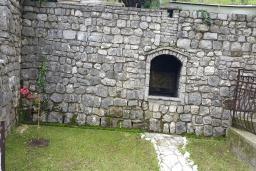 Территория. Черногория, Прчань : Уютная вилла с зеленым двориком в 100 метрах от пляжа, 4 спальни, 2 ванные комнаты, парковка, Wi-Fi