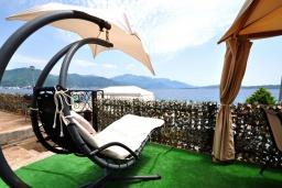 Территория. Черногория, Биела : Роскошная вилла с зеленым двориком и частным пляжем, 3 гостиные, 4 спальни, 4 ванные комнаты, барбекю, джакузи, парковка, Wi-Fi