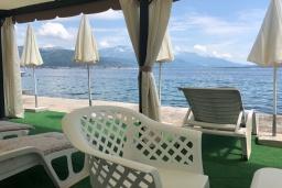 Ближайший пляж. Черногория, Биела : Роскошная вилла с зеленым двориком и частным пляжем, 3 гостиные, 4 спальни, 4 ванные комнаты, барбекю, джакузи, парковка, Wi-Fi