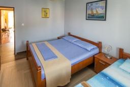 Спальня. Черногория, Петровац : Апартамент с гостиной, отдельной спальней и балконом