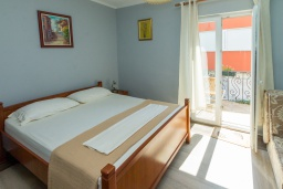 Спальня. Черногория, Петровац : Апартамент с гостиной, отдельной спальней и двумя балконами