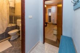 Коридор. Черногория, Петровац : Апартамент с гостиной, отдельной спальней и двумя балконами