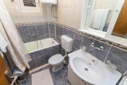 Ванная комната. Черногория, Петровац : Апартамент с гостиной, отдельной спальней и двумя балконами