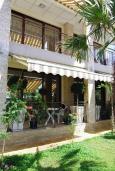 Фасад дома. Черногория, Сутоморе : Роскошная вилла в 50 метрах от пляжа, с зеленым двориком и видом на море, 6 спален, 4 ванные комнаты, парковка, Wi-Fi