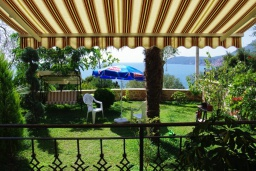 Территория. Черногория, Сутоморе : Роскошная вилла в 50 метрах от пляжа, с зеленым двориком и видом на море, 6 спален, 4 ванные комнаты, парковка, Wi-Fi