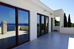 Терраса. Черногория, Сутоморе : Роскошная вилла в 50 метрах от пляжа, с зеленым двориком и видом на море, 6 спален, 4 ванные комнаты, парковка, Wi-Fi
