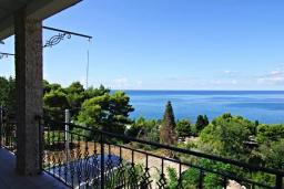 Вид на море. Черногория, Сутоморе : Роскошная вилла в 50 метрах от пляжа, с зеленым двориком и видом на море, 6 спален, 4 ванные комнаты, парковка, Wi-Fi