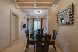 Обеденная зона. Черногория, Бечичи : Современный апартамент с гостиной, отдельной спальней и балконом