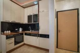 Кухня. Черногория, Бечичи : Современный апартамент с гостиной, отдельной спальней и балконом