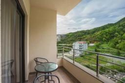 Балкон. Черногория, Бечичи : Современный апартамент с гостиной, отдельной спальней и балконом