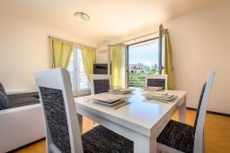 Обеденная зона. Черногория, Бечичи : Апартамент с гостиной, отдельной спальней и балконом с видом на море