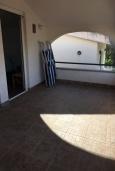 Терраса. Черногория, Утеха : Апартамент в 300 метрах от пляжа, с 2 спальнями и террасой